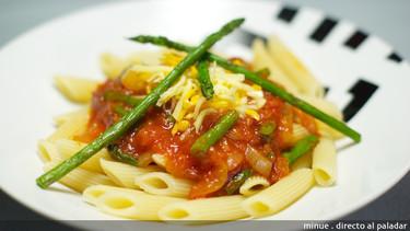 Receta de macarrones con salsa de tomate y espárragos verdes