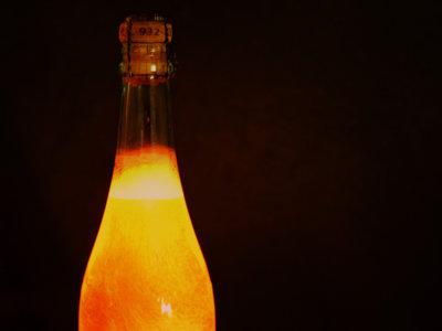 Guía práctica para abrir una botella de champán esta noche, según la física