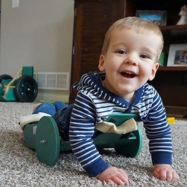 Un niño de dos años con espina bífida es capaz de desplazarse con libertad gracias a un invento de sus padres