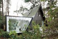 Maravillosa remodelación de una cabaña tradicional transformada en un espectacular hogar minimalista en blanco y negro