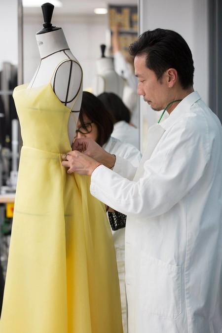Así se hizo el vestido amarillo de Dior con el que Emma Watson nos recordó a Bella en plena promoción cinematográfica