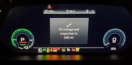 Insólito: pone en marcha su Audi e-tron y le sale un mensaje para que cambie el aceite de su coche eléctrico
