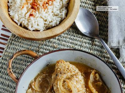 Pechugas de pollo en salsa de ajonjolí y cebolla. Receta fácil