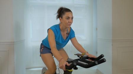 La tecnología al servicio del deporte: así es entrenar con Bkool Smart Bike, una bicicleta inteligente (en vídeo)
