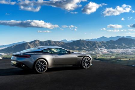 Aston Martin DB11 trasera