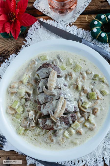 Filetes de res en salsa de champiñones y apio. Receta para Navidad