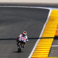 Jorge Lorenzo encarrila la victoria, Valentino Rossi sufre más de la cuenta
