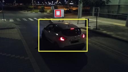 Engañan al coche autónomo con drones que proyectan señales