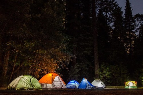 Este verano, no salgas de acampada sin linterna frontal: 19 modelos de todos los precios para elegir
