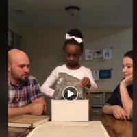 El llanto emocionado de una niña al saber que será adoptada, conmueve a las redes sociales