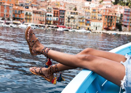 Sandalias repletas de color (y pompones) para este verano
