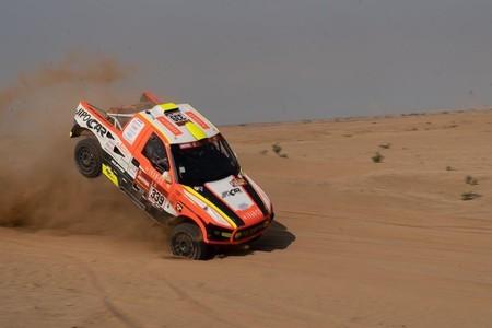 No ha empezado el Dakar y ya tenemos el primer abandono: el checo Martin Kolomy destrozó su coche en las pruebas