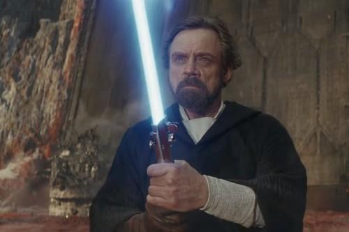 El director de 'Star Wars: Los últimos jedi' aclara el supuesto agujero del guion provocado por el sable de Luke