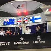 Hamilton gana en Singapur con los Ferrari fuera. Carlos Sainz, cuarto a las puertas del podio