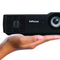 Los nuevos proyectores compactos de InFocus te cabrán en la palma de la mano