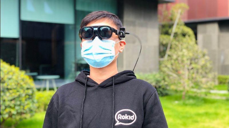 Estas gafas inteligentes dicen detectar casos de COVID-19 analizando la temperatura de cientos de personas en minutos