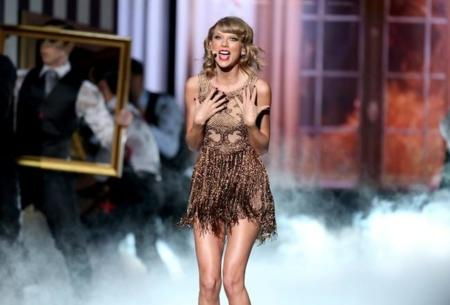 Taylor Swift 2 Performance Amas