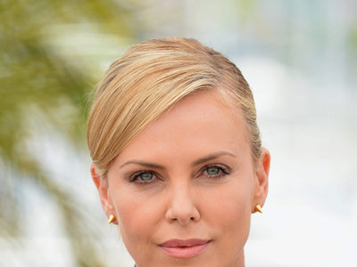 Charlize Theron llega a Cannes con un little black dress muy atrevido