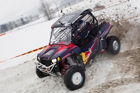 Los pilotos Red Bull se divierten sobre la nieve