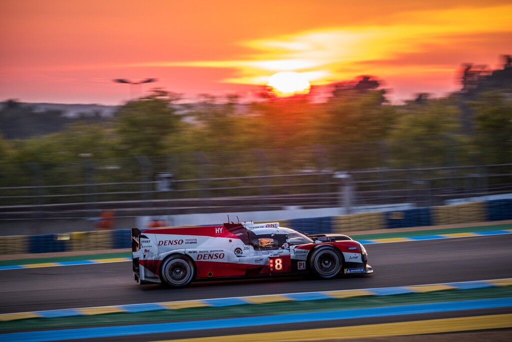 El Toyota #8 acaricia su triplete en Le Mans después de que el #7 perdiese media hora cambiando el turbo