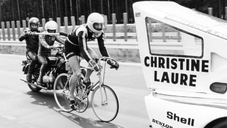 Un Porsche 935 a 240 km/h no es tan impresionante... pero que te sigan en bicicleta, ¡sí lo es!