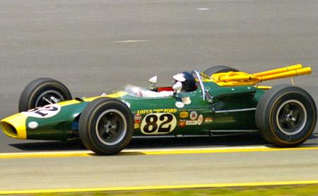 Jo Bonnier, Jim Clark y un Lotus 38 en una subida de montaña
