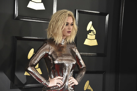 Del suspenso en la alfombra roja al 10 en el escenario: los dos looks de Katy Perry en los Grammy 2017