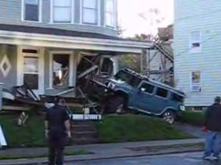 Hummer H2 contra casa