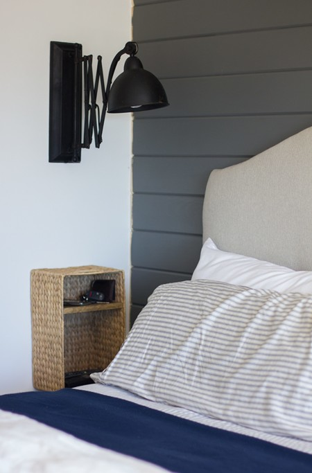 Una buena idea para espacios reducidos: una mesilla de noche DIY colgante