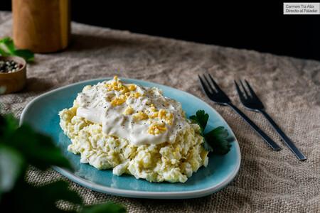 Ensaladilla de patata, alcachofa y huevo