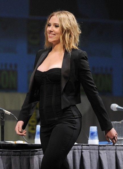Los mejores looks de famosas en la Comic Con. Scarlett Johansson