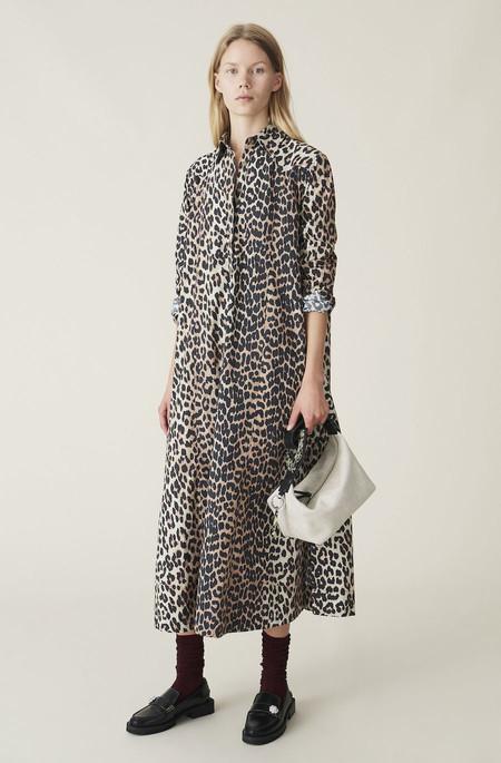 El vestido camisero de leopardo de Ganni es ideal para el otoño y este modelo de Asos (disponible hasta la talla 52) crea el mismo efecto