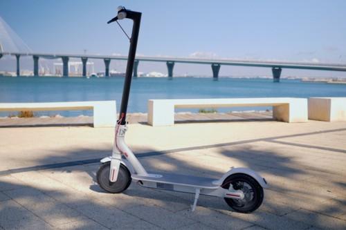 El patinete eléctrico ya está cambiando la movilidad urbana, pero también tiene detractores que lo critican para la ciudad