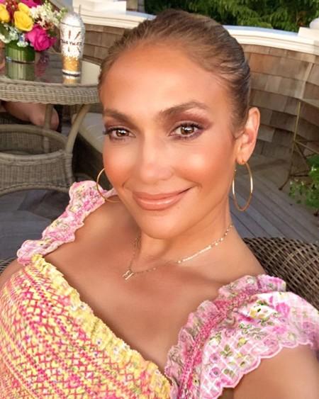 Jennifer Lopez nos pone la miel en los labios anunciando el lanzamiento de una línea de belleza