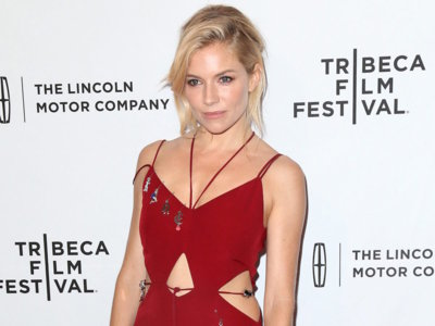Sienna Miller se arriesga con un complicado mono de Christopher Kane en el Festival de cine de Tribeca