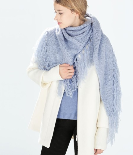 Bufanda azul de flecos