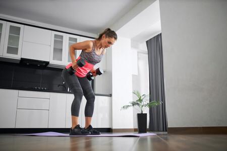 Una rutina con mancuernas para hacer en casa con la que puedes entrenar espalda y brazos en solo 30 minutos