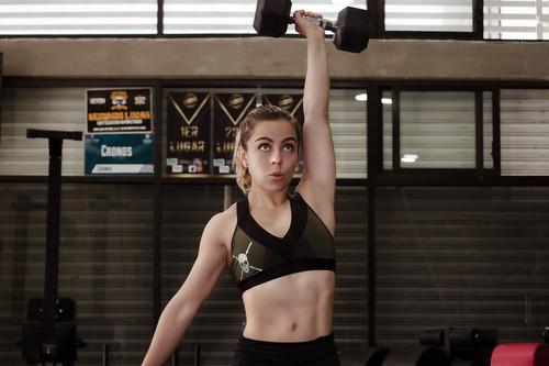 CrossFit en casa: un WOD que puedes hacer en tu salón solo con un par de mancuernas