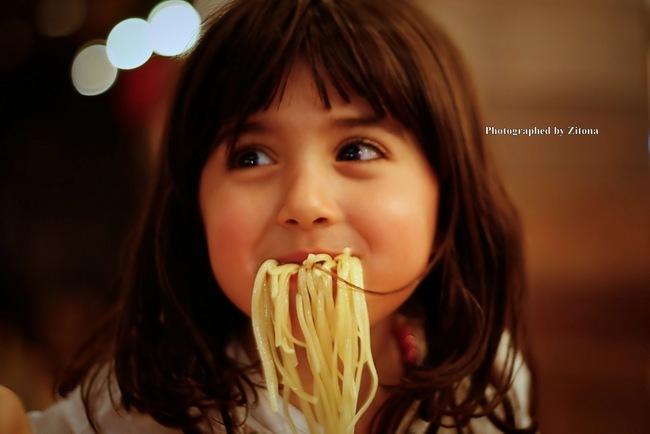 niña come