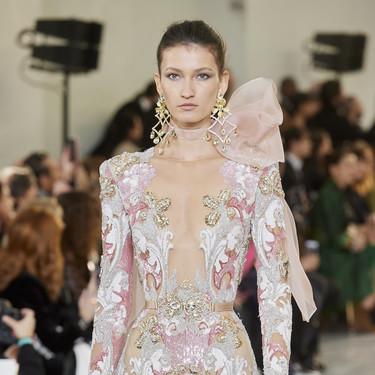Volúmenes, bordados y asimetrías: Elie Saab presenta las tendencias del momento en clave Alta Costura