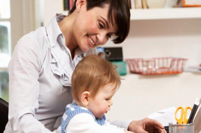 madre con hijo ante el ordenador