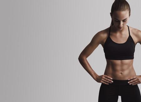 Si quieres un abdomen marcado, no basta con hacer abdominales: esto es todo lo que necesitas saber