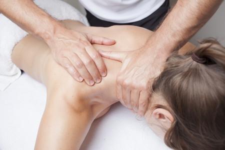 mujer-quiropractico-masaje