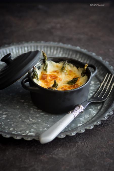 Cazuelita de espárragos, queso Emmental y jamón. Cena con estilo en poco más de media hora