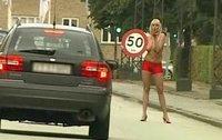 Chicas en topless para mejorar la atención a las señales de tráfico