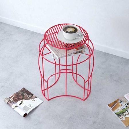 Rotonda, una retorcida y colorista estructura de metal como mesa auxiliar y de centro