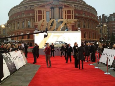 Daniel Craig y muchos famosos más dejan el centro de Londres patas arriba en la premiere de Skyfall