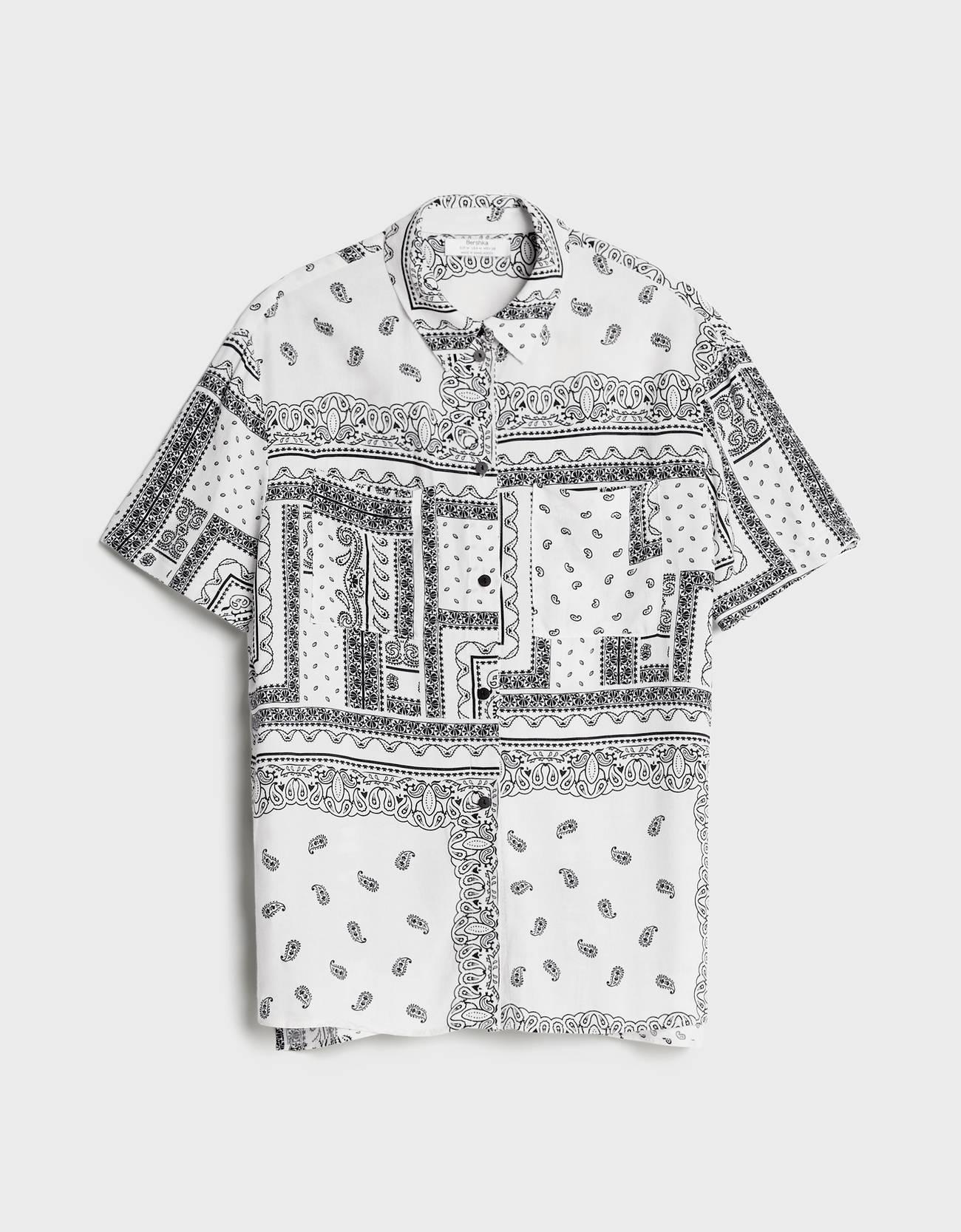 camisa oversize de color blanco.