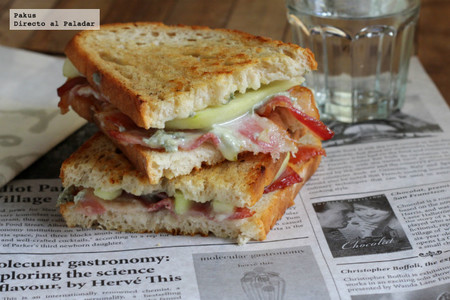 sandwich de pera, gorgonzola y bacon