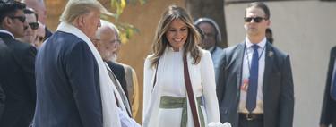 Melania Trump visita la India y su mono blanco con fajín verde no pasa desapercibido